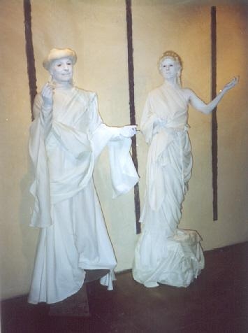 2whitestatues1 - Live Mannequins